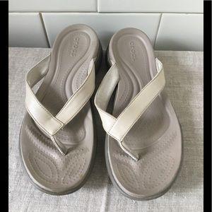 Crocs  Capri V Flip in Chai / Walnut size 9